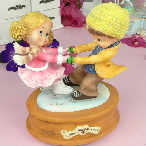 The source of sound Lovely Boy & Girl Skating Shape Sending Friends Valentine's Day Gifts Music Box